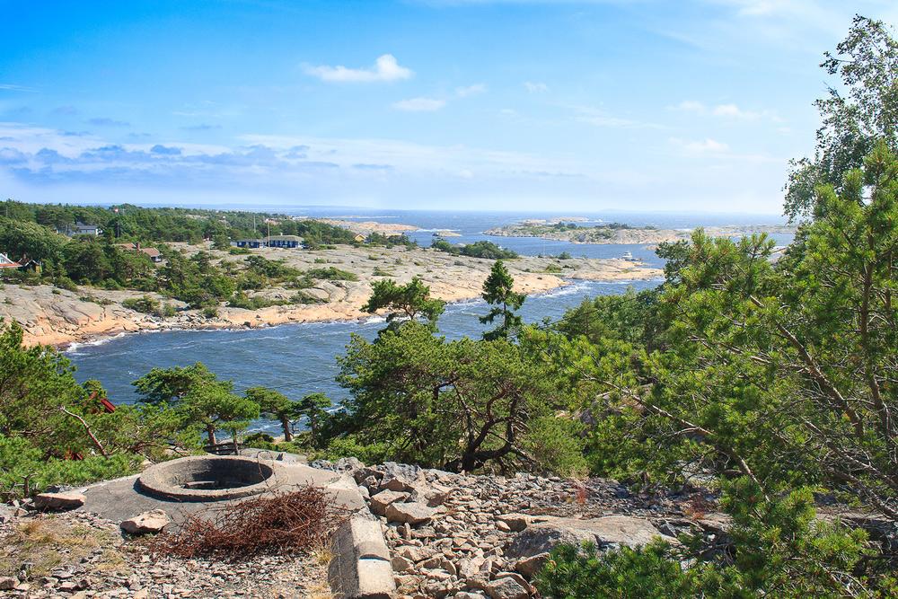 Rester og spor fra krigen. Under den 2. verdenskrig slo tyskerne seg ned på Hankø. Det ble gravd kanonstillinger og skyttergraver. Piggtråd ble trukket over det hele, miner lagt ut og radaranlegg satt opp. Tyskerne brukte badets bygninger til innkvartering og sommergjestene fikk så og si ikke adgang til øya.