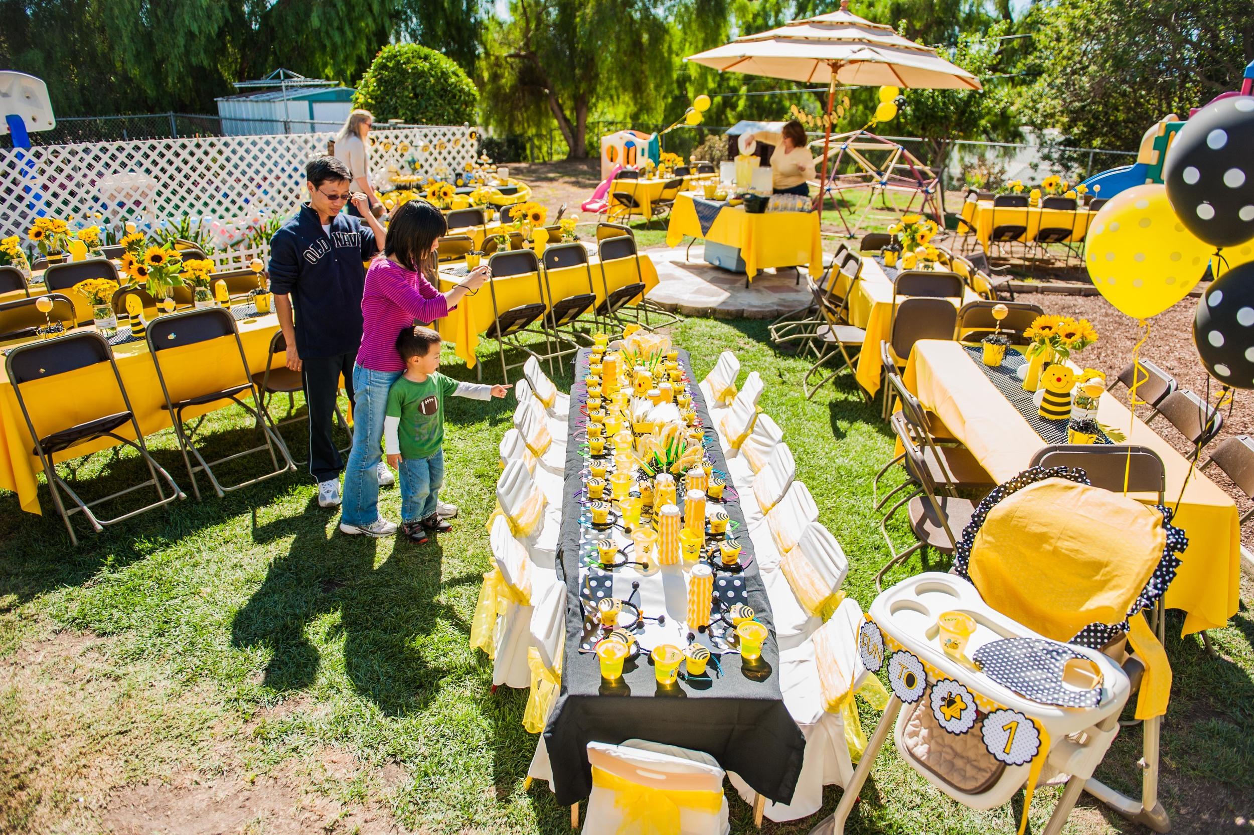 Fun to Bee One Kid's Table