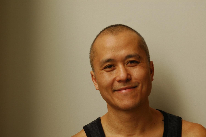 Tony Chong - Tony Chong est chorégraphe, danseur, interprète et directeur créatif. Il a un appétit éclectique et curieux pour de nombreuses formes de créativité qui l'ont amené à travailler dans la danse, le cirque, le théâtre, la technologie des nouveaux médias, le cinéma, la cuisine et la photographie.Tony est récemment revenu à Montréal. Durant la dernière année, il a travaillé avec le Cirque du Soleil à titre de directeur artistique adjoint du spectacle Totem, où il était en tournée asiatique et européenne. De 2012 à 2017, il a travaillé comme directeur artistique et répétiteur en tournée avec La Compagnie Marie Chouinard. Entre 2005 et 2008, Tony était co-directeur artistique et directeur artistique du Groupe Dance Lab à Ottawa.