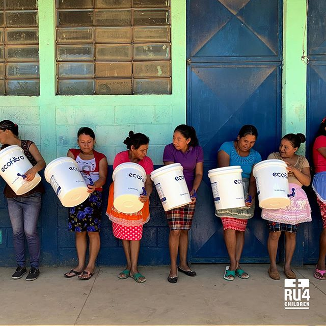 Training mothers of Pueblo Viejo, Jutiapa on the use of ecofilters. #cleanwaterforall