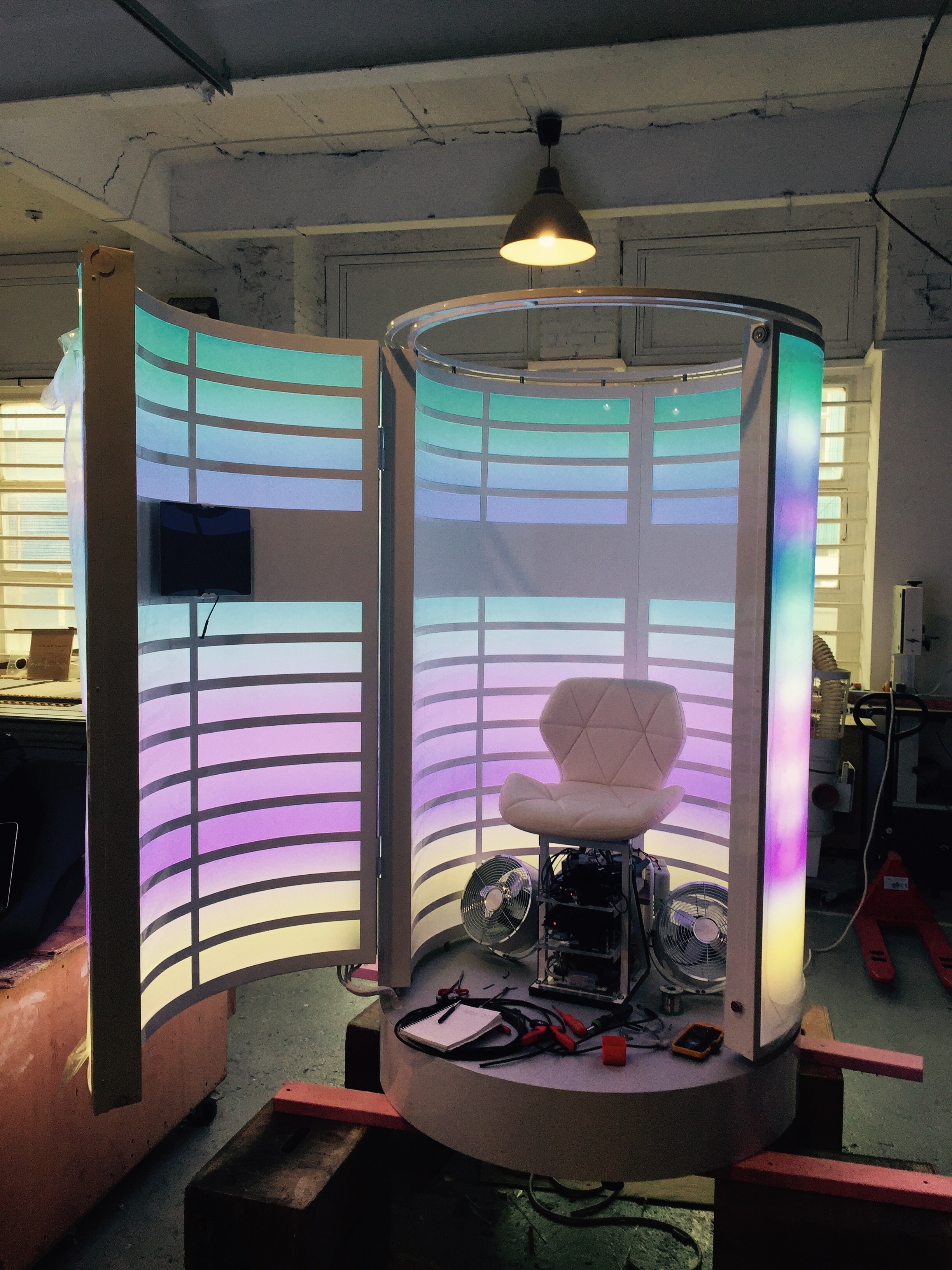 Immersive sounds, aromas and movements booth