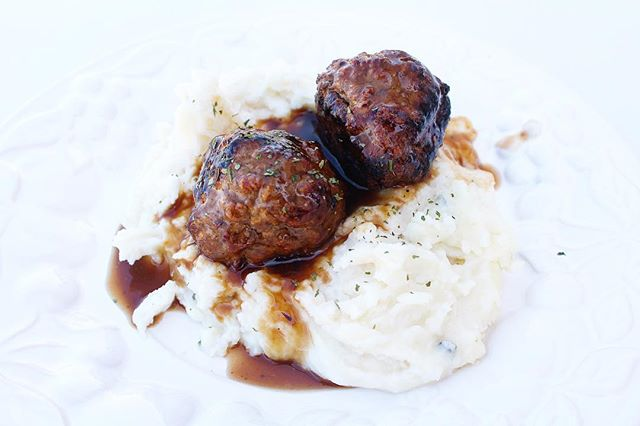 Today was a long day, so I was very grateful that dinner was easy. Meatballs made during Sunday #mealprep, so all I had to do was warm everything on the stove 🙏 #drool 📸: Salisbury Steak Meatballs + Mash . .  #bitofdelish #nomnom #whatsfordinner #beautifulcuisines #foodblogeats #eatingfortheinsta #yahoofood #tastingtable #tuesdayvibes #easyrecipes #heresmyfood #buzzfeedtasty #cleaneating #eatrealfood #blogger #foodie #healthylifestyle #wellness #wellnessjourney #eeeeeats