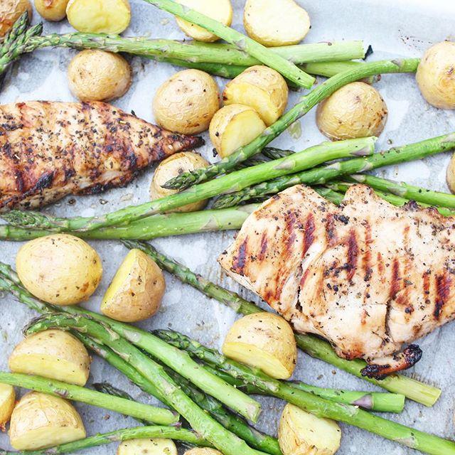 Sheet pan dinners are even better when the chicken was grilled during #sundaymealprep by hubs 😍 Salt, pepper, garlic and EVOO = fabulous dinner in ~ 20 min 💁🏼♀️ #dinnergoals  #bitofdelish #nomnom #beautifulcuisines #foodblogeats #eatingfortheinsta #mealprep #mondaymotivation #sheetpandinner #easydinner #yahoofood #tastingtable #heresmyfood #buzzfeedtasty #cleaneating #eatrealfood #blogger #foodie #healthylifestyle #wellness #wellnessjourney #eeeeeats