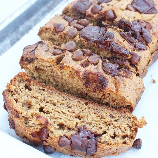 Chocolate Chip Banana Bread and Netflix =The BEST way to spend my Saturday afternoon 🙌🏻 Happy Weekend, IG friends ❤️ My newest #recipe is #ontheblog {link in profile}❗️ #bakedwithlove  #bitofdelish #nomnom #beautifulcuisines #foodography #makeitdelicious #bakinggoals #friyayvibes #weekendvibes #foodblogeats #eatingfortheinsta #yahoofood #tastingtable #heresmyfood #buzzfeedtasty #cleaneating #eatrealfood #blogger #foodie #healthylifestyle #wellness #wellnessjourney #eeeeeats