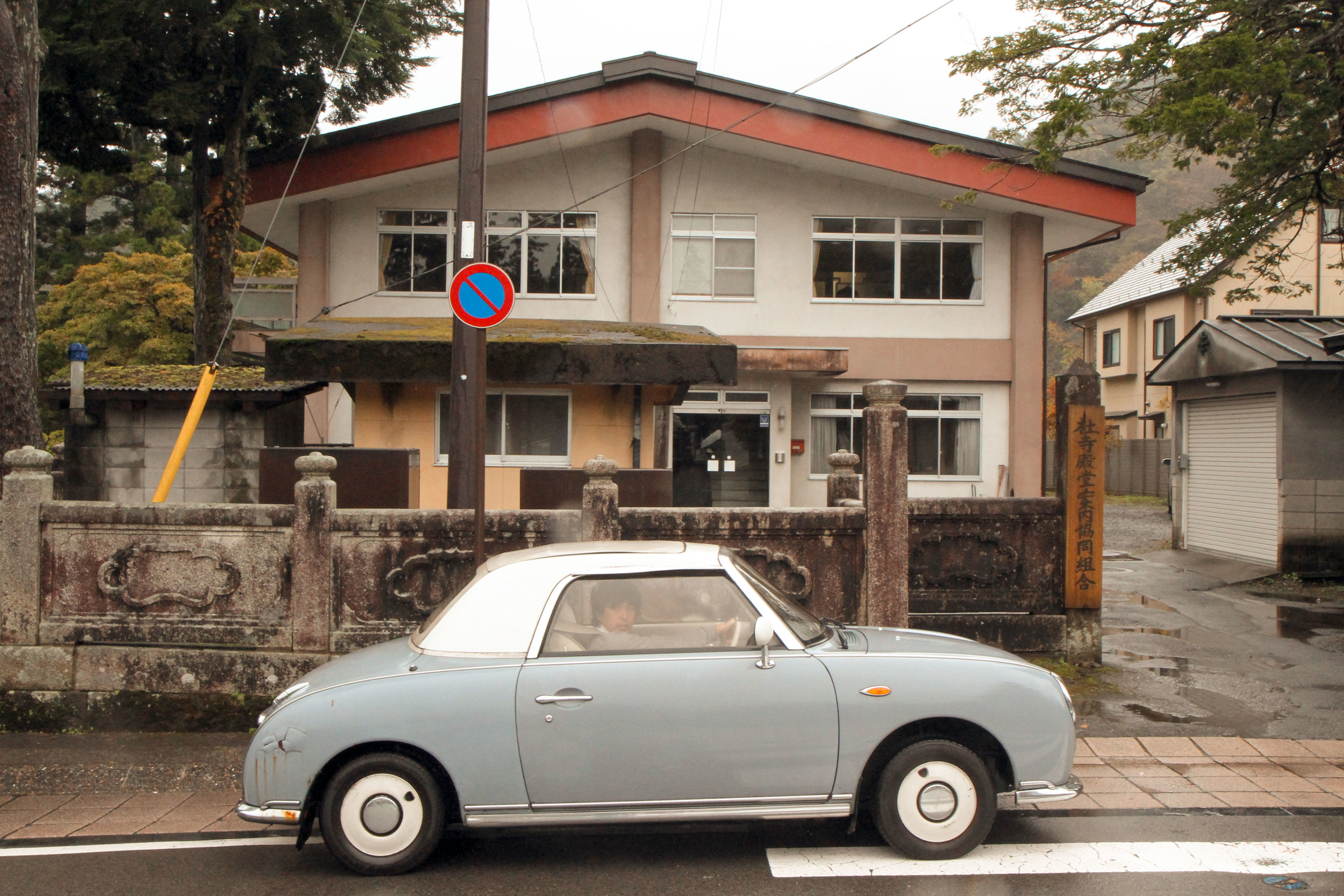 Tiny-Sportscar-in-front-of-House.jpg