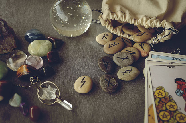 Runes-And-Tarot-Cards.jpg