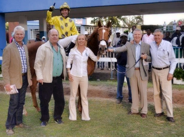 Casey's Dance with assistant trainer Bridget Stidolph and member of the Sunmark Syndicate / Mashonaland Owners & Trainers Association (p)
