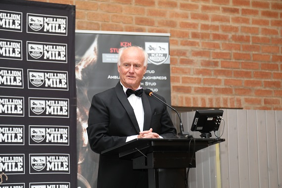 Mick Goss accepts his award (Pic – Candiese Marnewick)