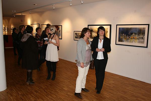 Hilde forteller litt om bildene. Her sammen med Dora Stendal.