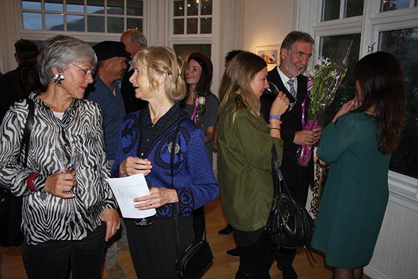 En fantastisk kveld! Her er Sigmund Lindgård og Hildes datter Malin i bakgrunnen. -Takk Sigmund for fine ord da du åpnet utstillingen min!