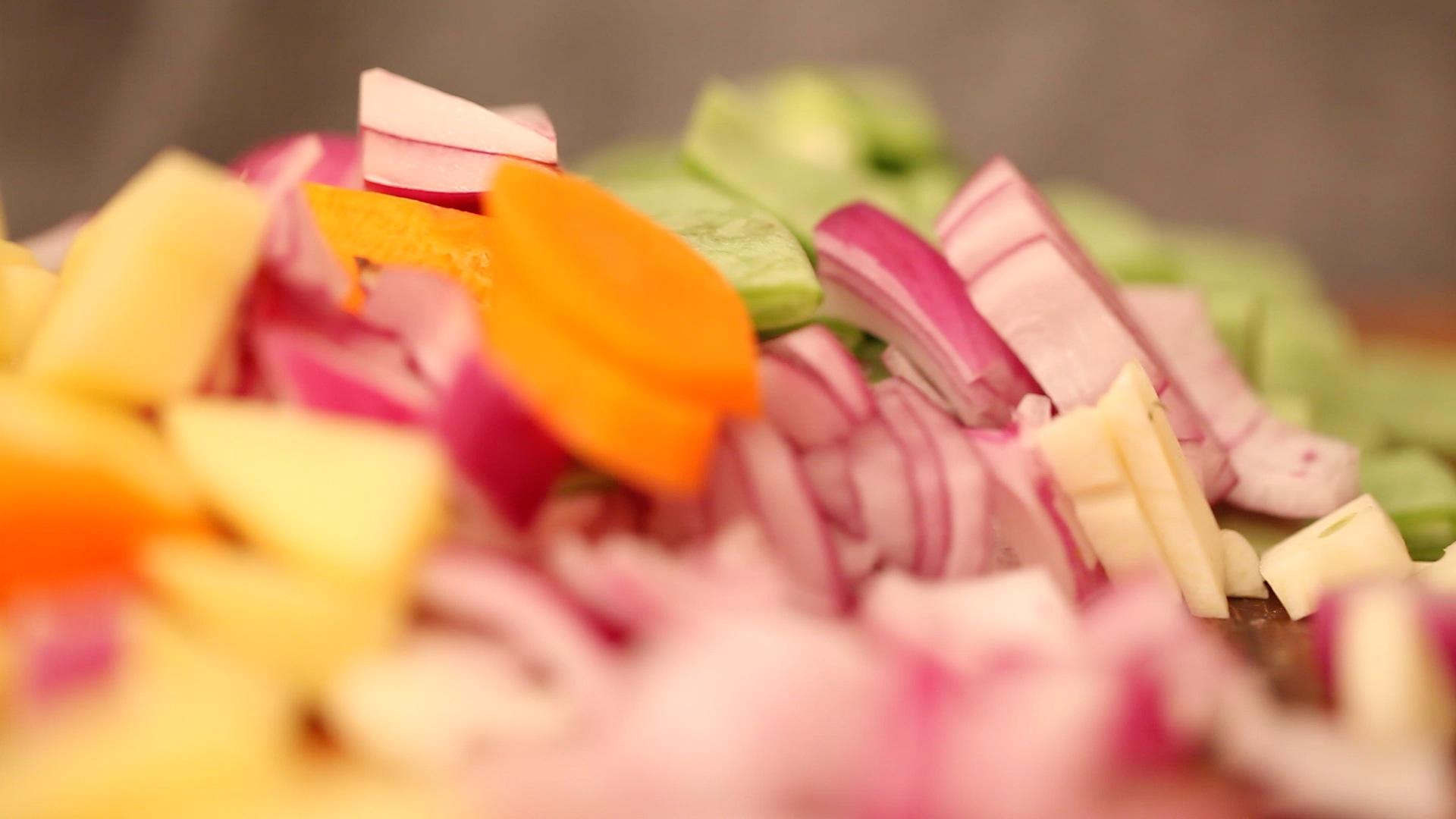 450 g buntes Gemüse klein schneiden