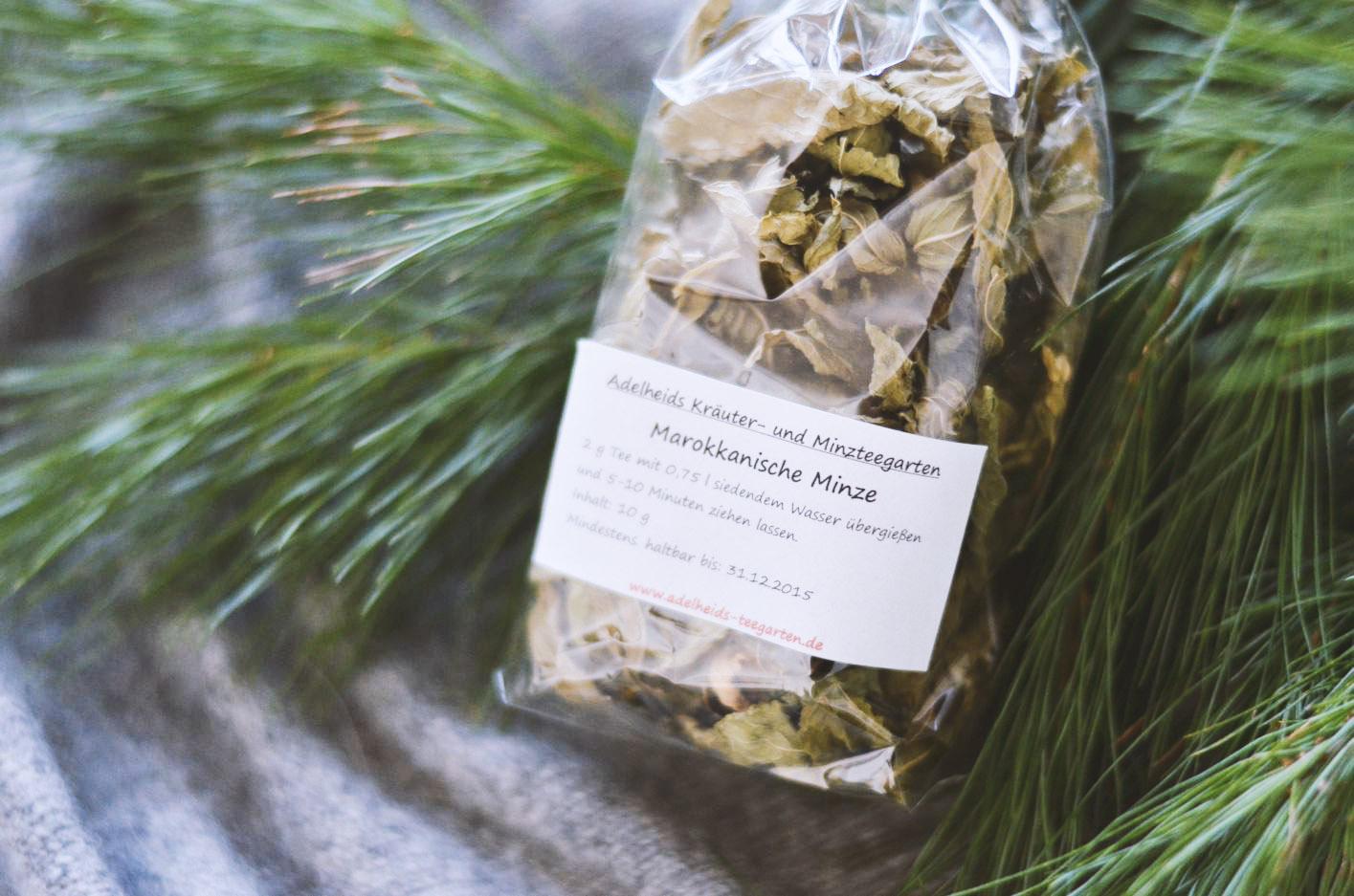 """Dieser Pfefferminztee ist un-schlag-bar! Bei der Next Organic haben wir Adelheid kennen und ihren Tee lieben gelernt. In ihrem  Garten im Spreewald  baut sie 14 verschiedene Minzen an. Über die marokkanische sagt sie: """"Die gehört zu den Muntermachern."""" Kann in der dunklen Jahreszeit absolut nicht schaden."""