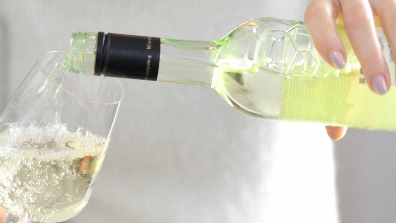 Mit 300 ml Weißwein ablöschen