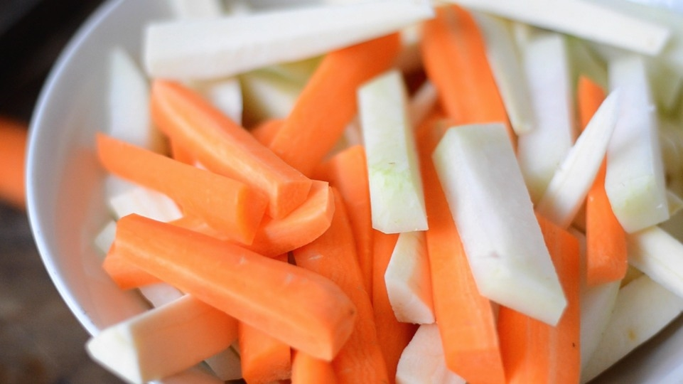 Gemüse in gleich große Stifte schneiden