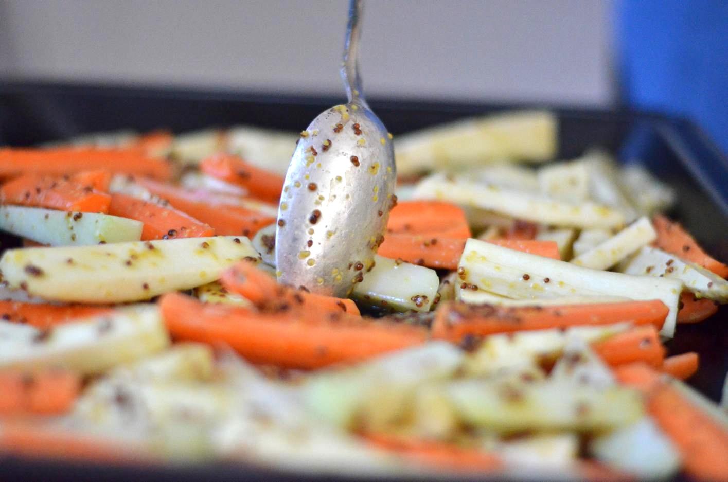Gemüse auf dem Backblech verteilen
