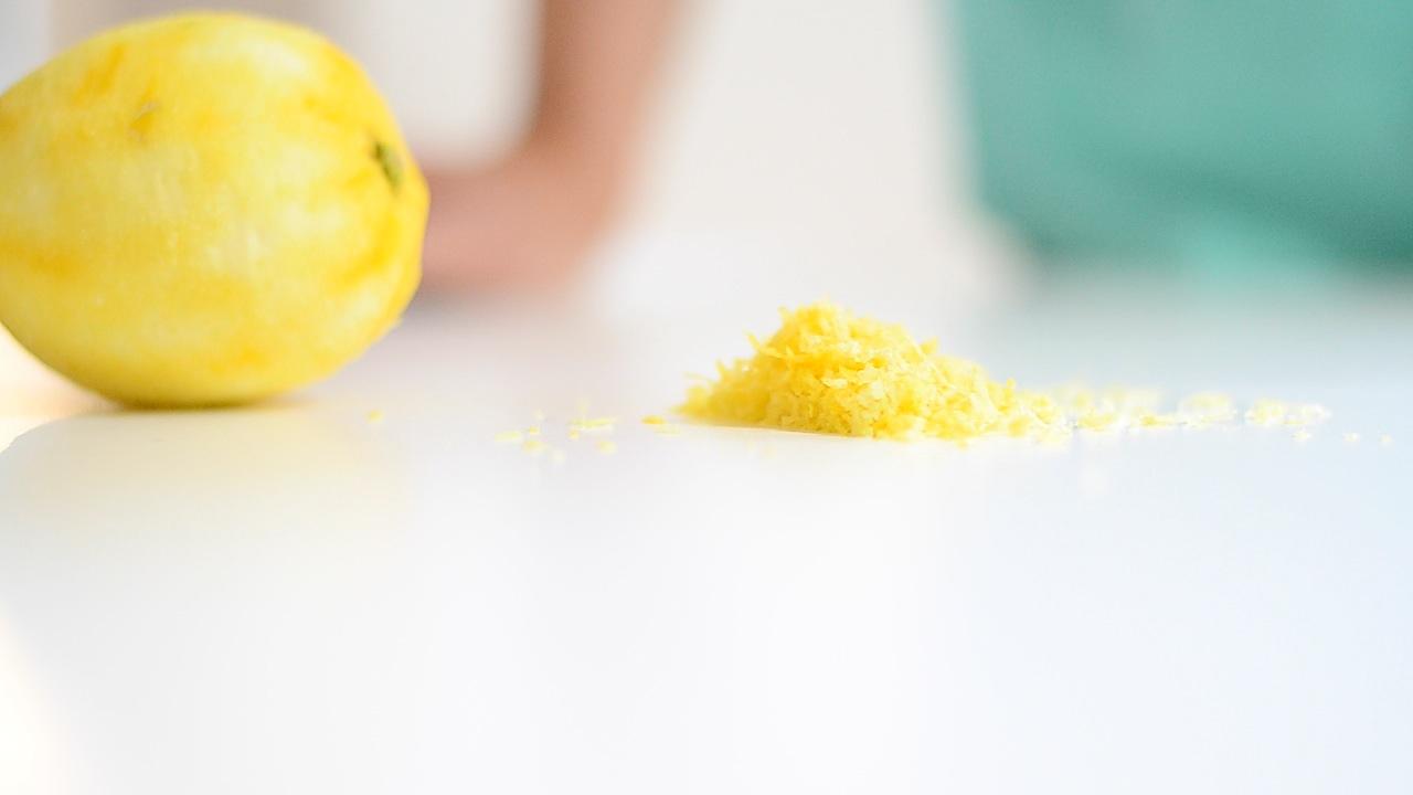 Schale einer Bio-Zitrone