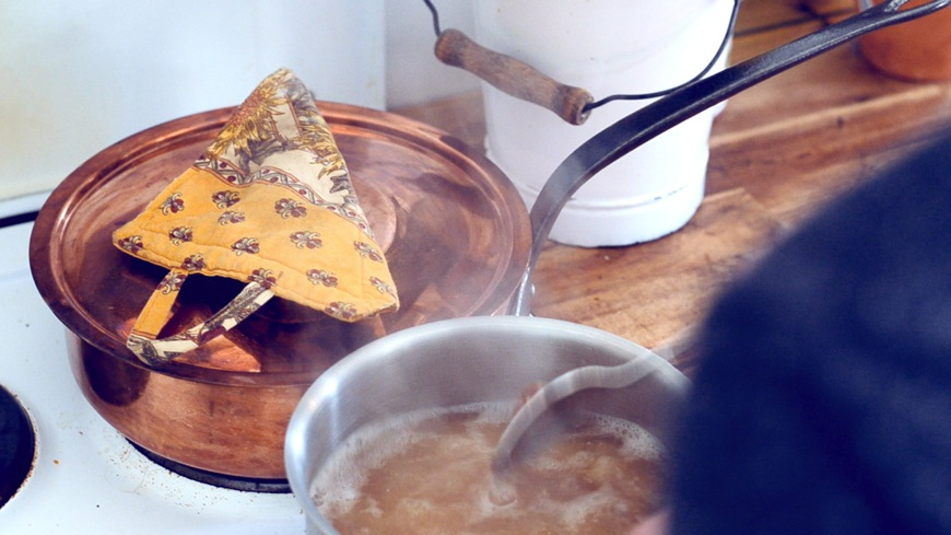 Wasser aufkochen, helle Miso und Kombi-Alge hineingeben