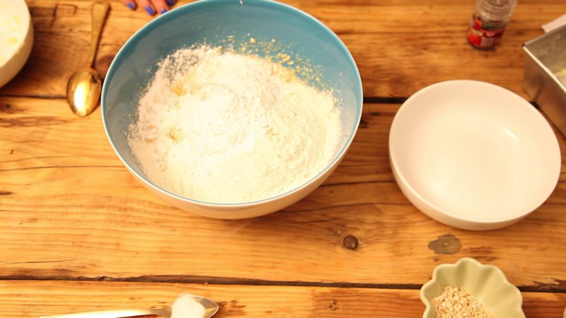 250 g Mehl, 50 g Nüsse, 50 g Kokos unterheben