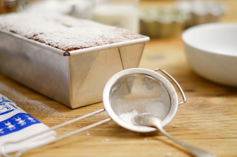 Brot auskühlen lassen und mit Puderzucker bestäuben