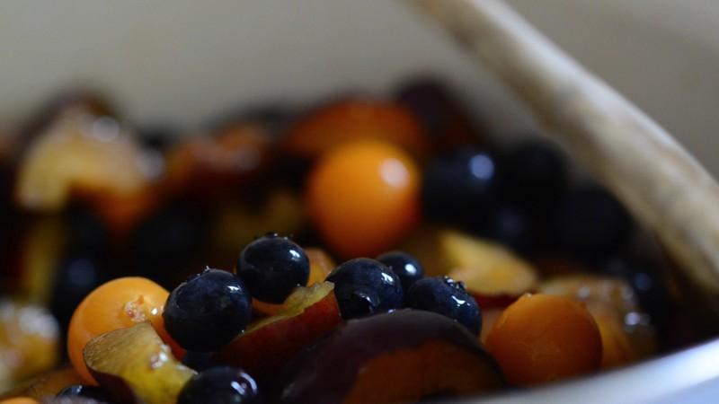 Früchte in einem großen Kochtopf