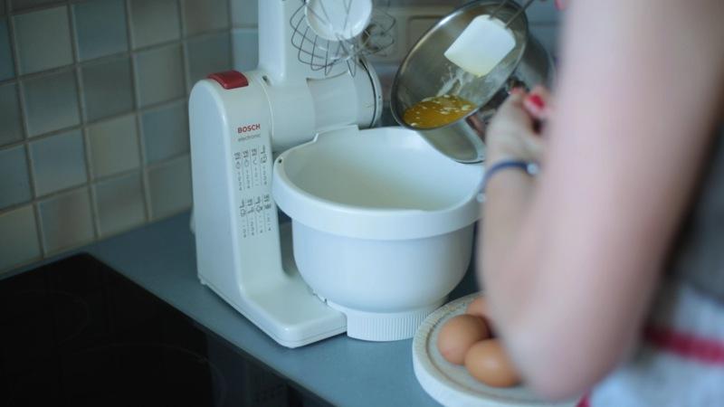 Zucker, Vanillin und Butter schaumig rühren