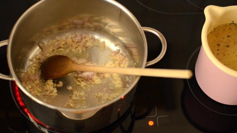 Zwiebeln und Knoblauch anschwitzen.