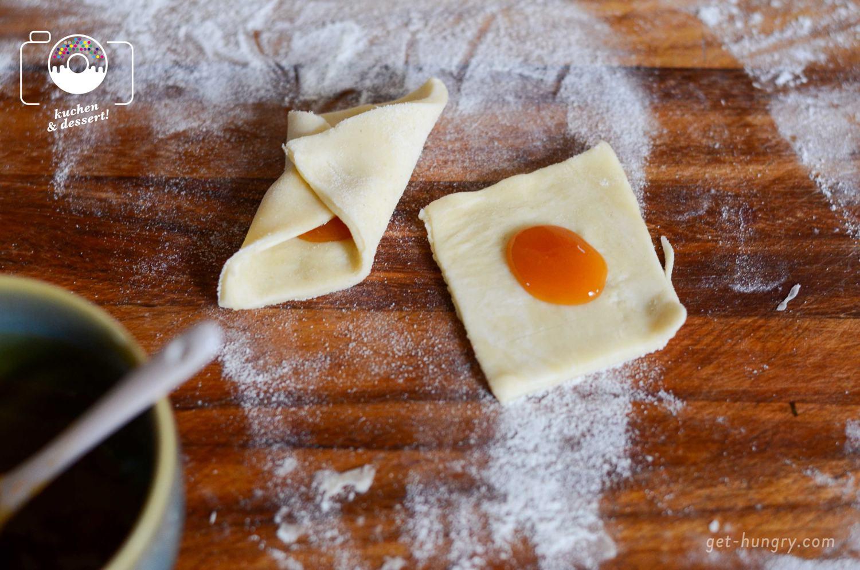 Tipp: Damit die Marmelade beim Backen nicht ausläuft, nur einen kleinen Klecks in die Mitte geben oder den Teig zu einer Art Schiffchen-Form an den Seiten leicht aufrollen.