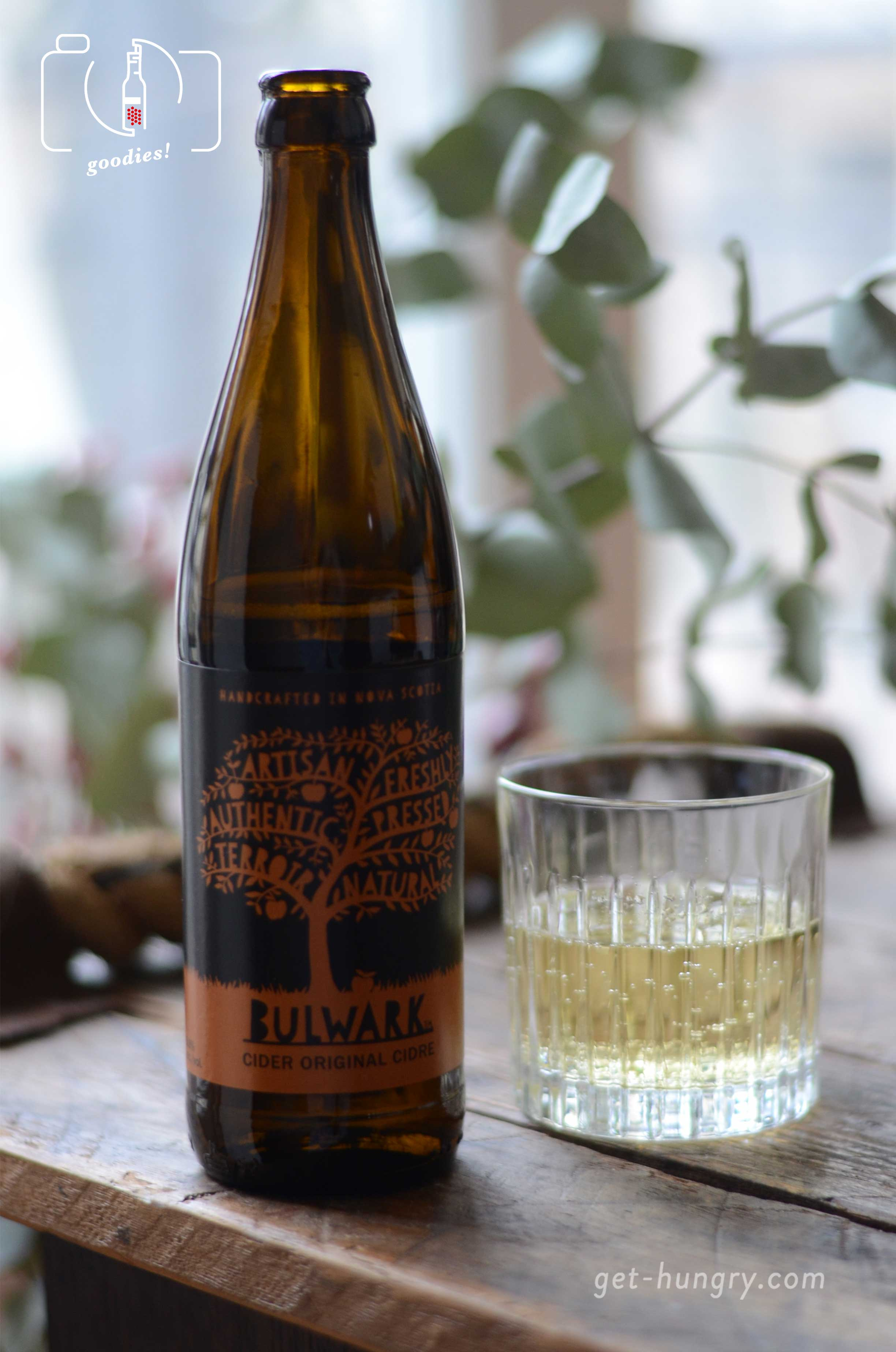 """Bulwark Cider aus """"Annapolis Valley Äpfeln"""" schmeckt durchaus anders als seine europäischen Kollegen. Aber um nichts schlechter. Schön trocken, mit fruchtigem Aroma betört aber vor allem der feine Duft von Apfelblüten, der beim Öffnen aus der Flasche strömt.  https://bulwarkcider.com/"""