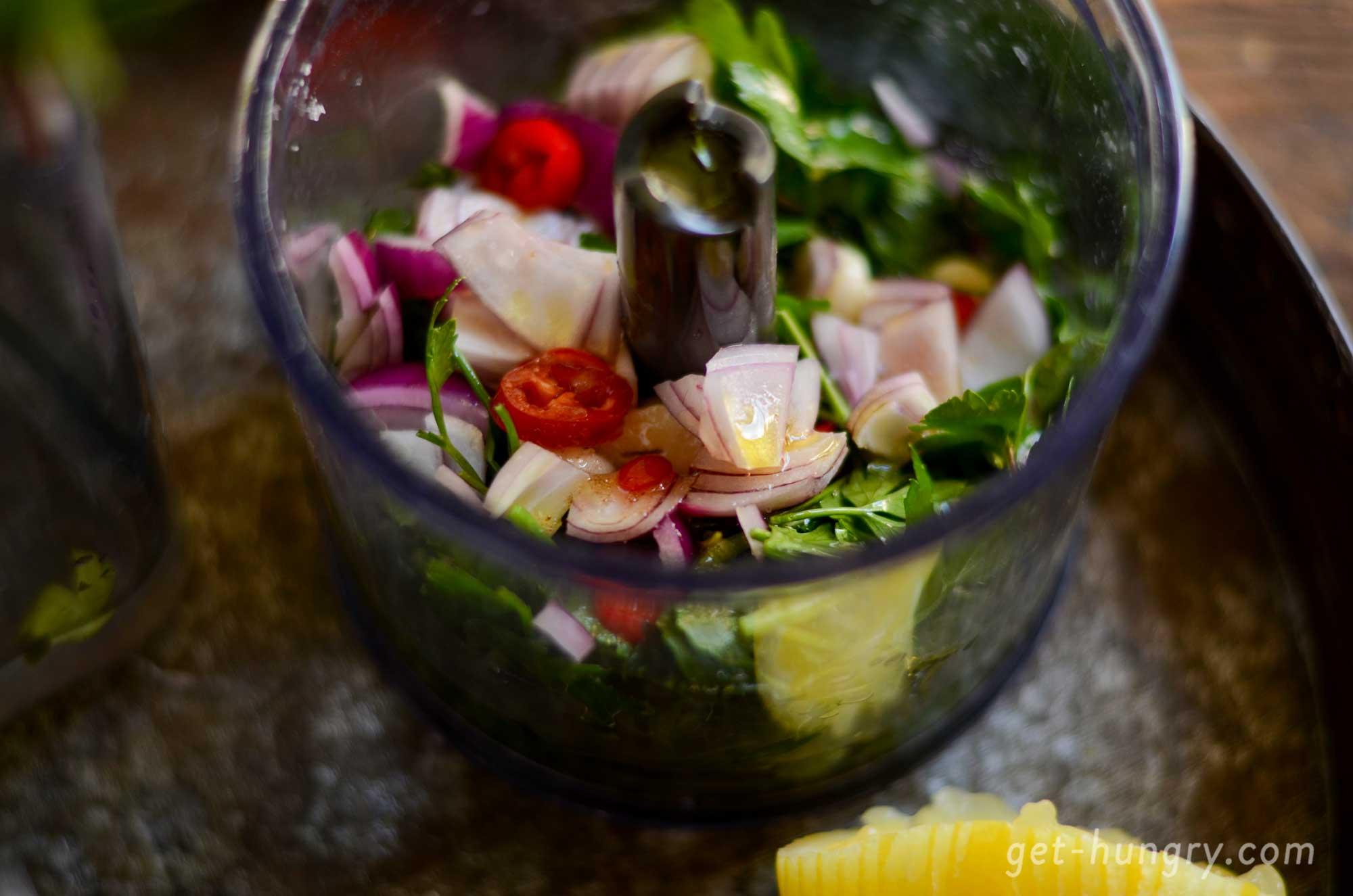 Der Pürierstab, Universalzerkleinerer oder Mörser bringen Chimichurri-Aroma ins Glas.