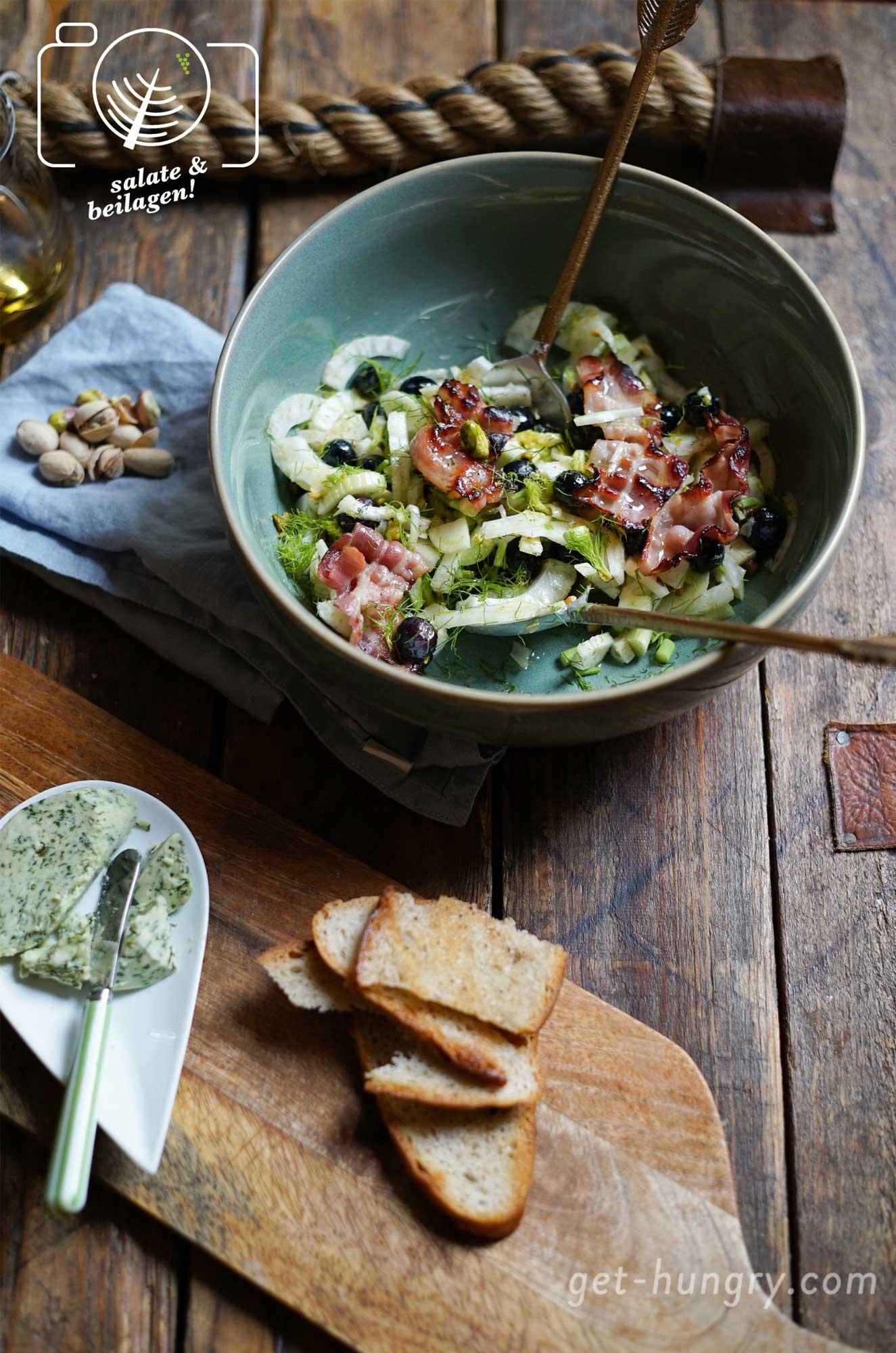 Fenchel-Blaubeer-Pistazien-Salat mit Speck und getoastetem Schwarzbrot und Kräuterbutter.