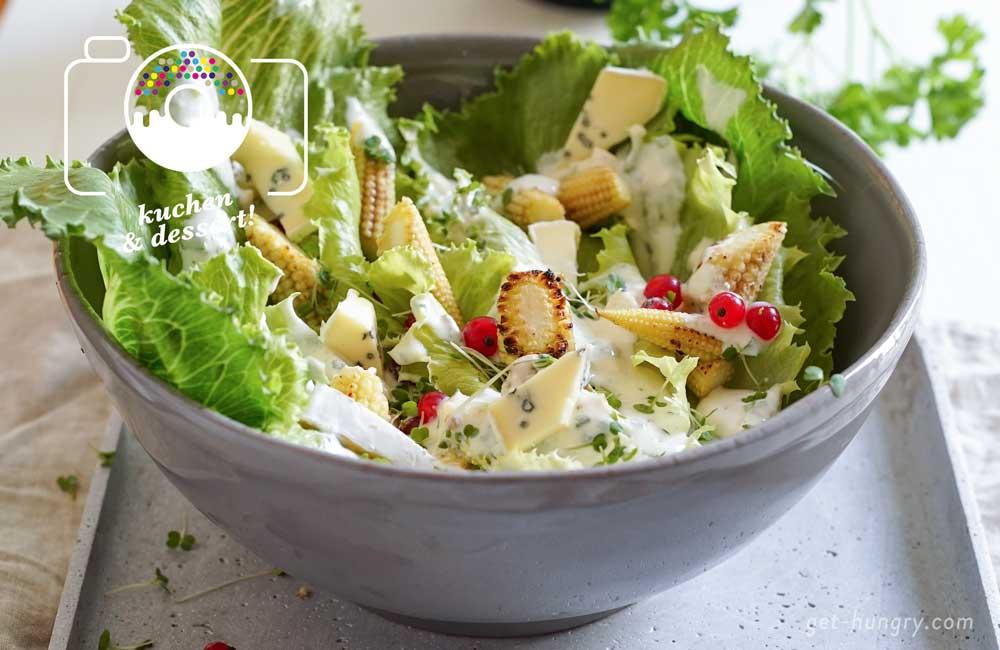 Die dicke Sauce und der leichte, knackfrische Romana mögen sich sehr. Und da Käse immer gut mit fruchtig und sauer harmoniert, kommen der Jahreszeit angepaßt Ribiseln mit zum Salat. Sobald sich das Wetter draußen herbstlich oder winterlich einstimmt, können die Johannisbeeren einfach gegen Granatapfelkerne getauscht werden.