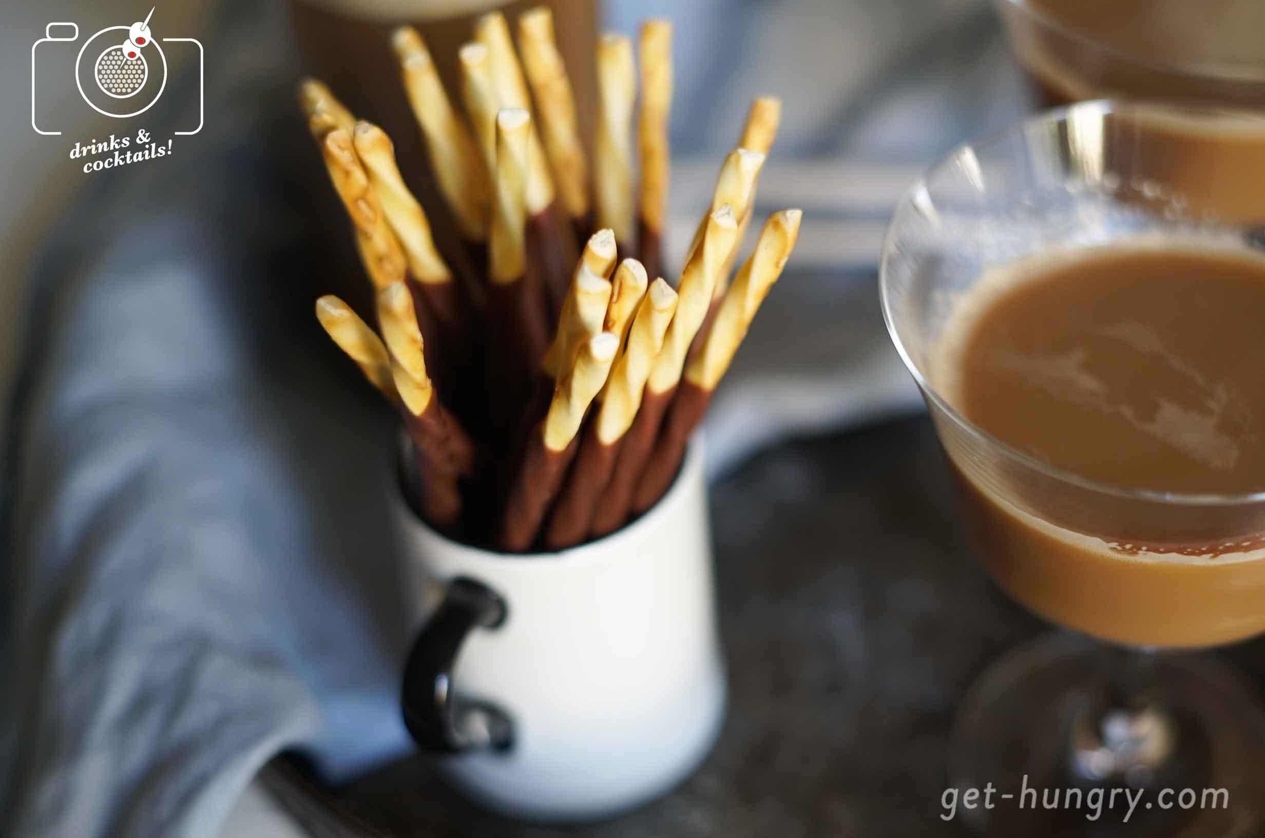 Zum Knabbern passen Schoko-Sticks dazu, die man - siehe Rezept weiter unten - auch ganz easy alleine herstellen kann: Einfach italienische Grissini mit flüssiger Schokolade überziehen, mit Zuckerperlen verzieren, gut im Kühlschrank aushärten lassen, fertig.