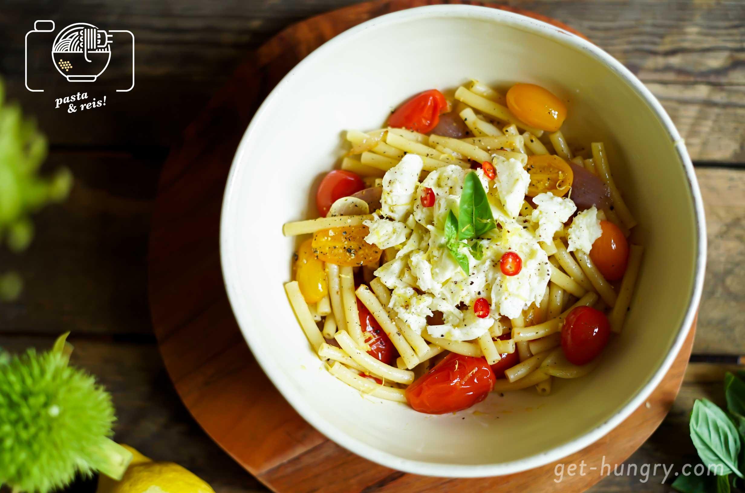 Pimp die Pasta - Klassisch dazu schmeckt natürlich Basilikum und geriebener Parmesan. Aber auch mit Zitrone marinierter Mozzarella macht sich ganz schön gut über süßen Tomaten. Frische Chili kann natürlich auch nicht schaden und wer es richtig deftig möchte, der brät mit Knoblauch und Zwiebeln eine Portion Speckwürfel mit an. Dann wird's im Handumdrehen die berühmte