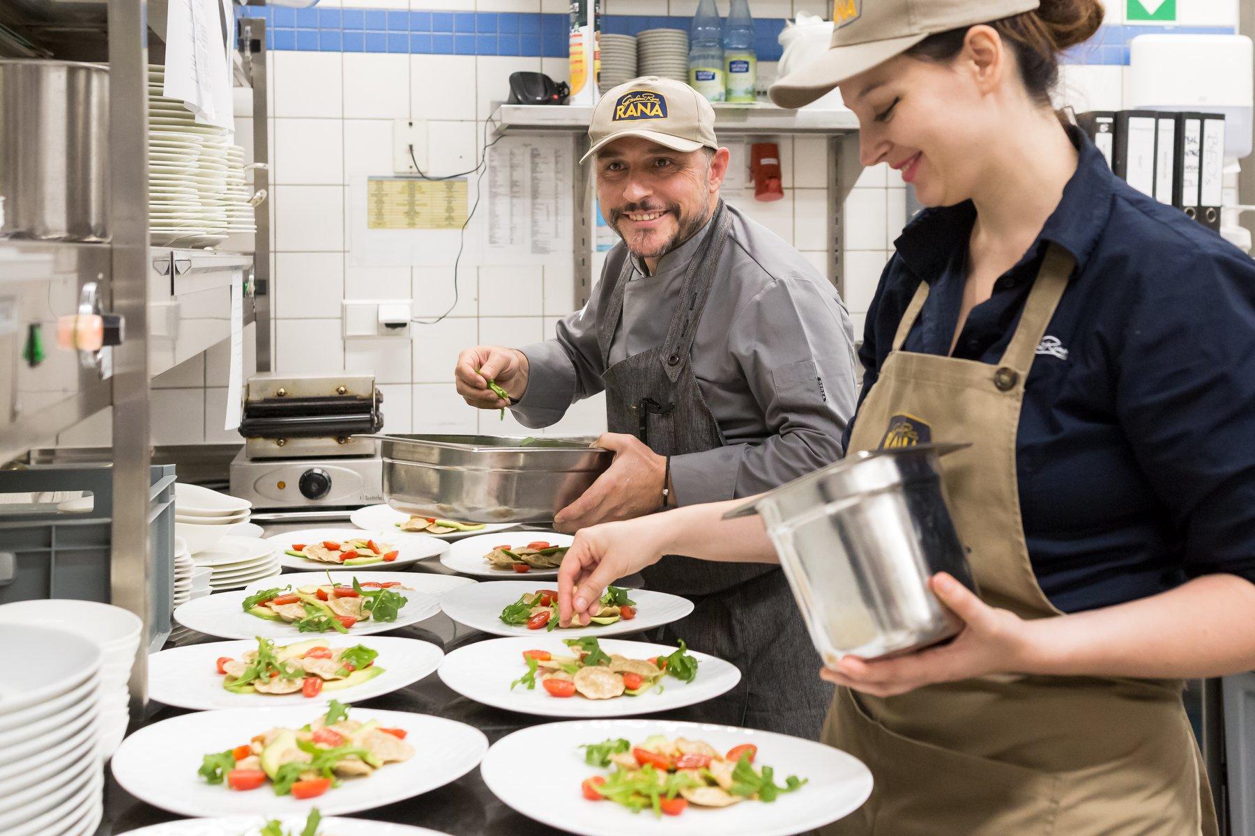 Volles Korn voraus - Nach High-Cuisine-Tatar gibt's einen großen Umschwung auf dem nächsten Teller: Fertig-Pasta von Giovanni Rana wird eingestellt. Besser gesagt, dürfen wir von der neuen Bio-Produktlinie kosten, die sich ganz dem vollen Korn verschreibt und vor uns mit