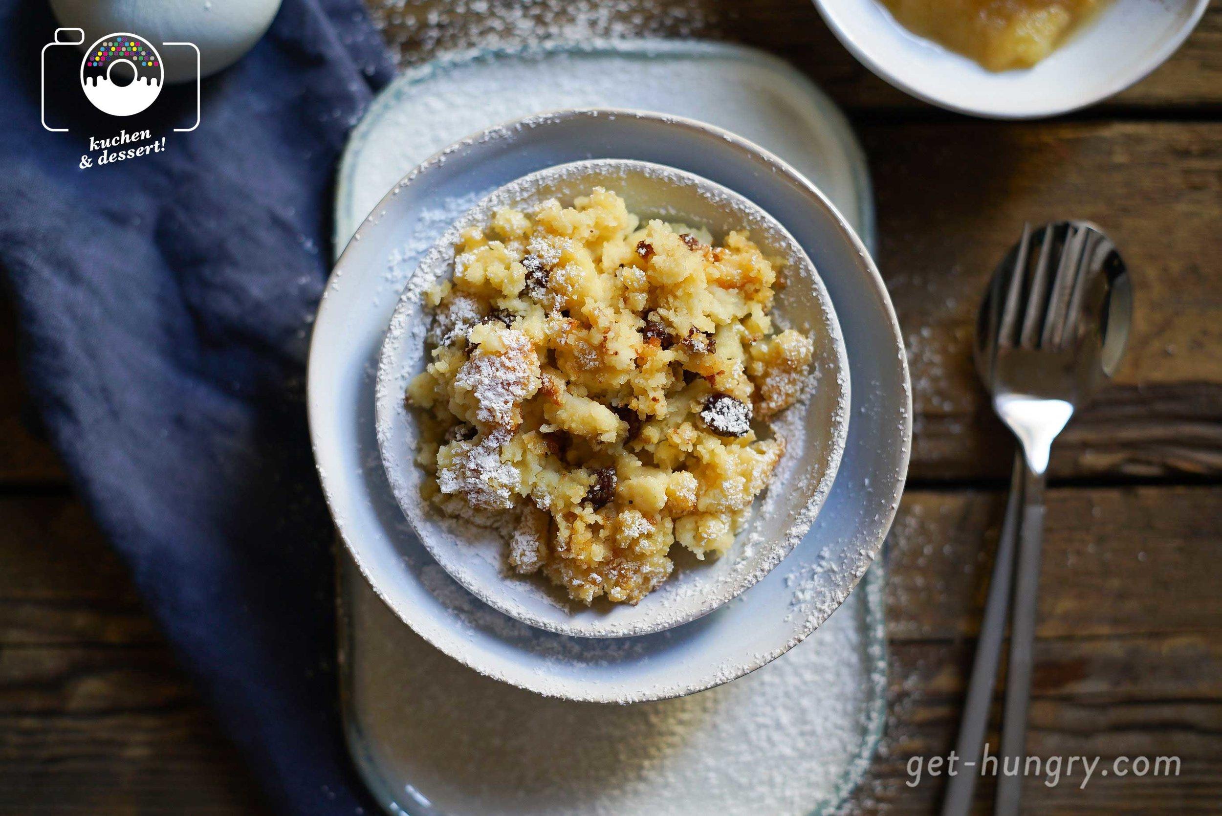 Übrigens: in den Brei selbst kommt gar kein Zucker. Der Schmarrn wird erst ganz zum Schluss mit Puderzucker gesüßt bzw. streue ich gerne ein wenig Zucker zum Karamellisieren auf die Brei-Oberfläche, bevor er zum Backen in den Ofen wandert.