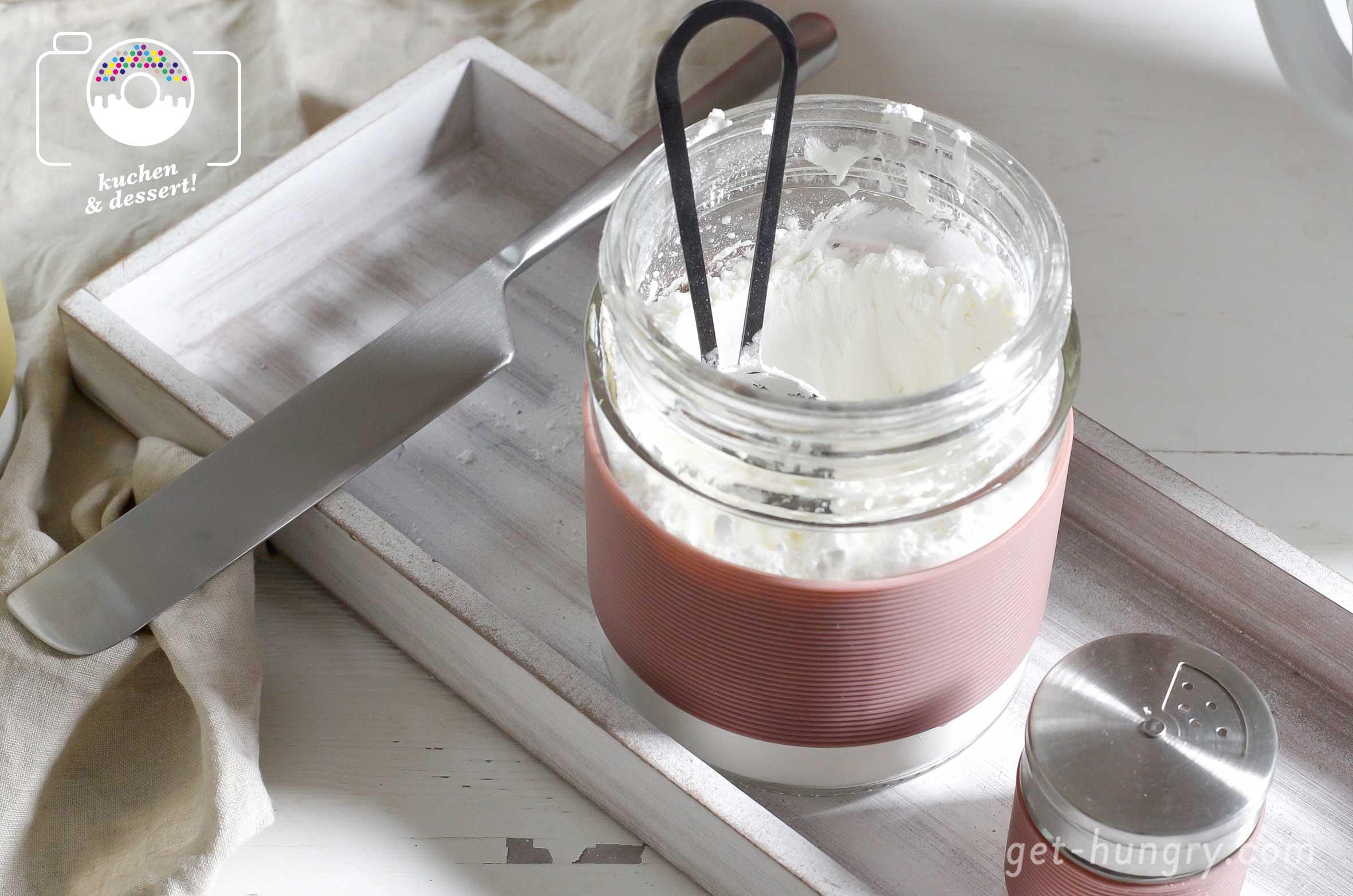 35 g Stärkemehl - Ist der Eischnee glänzend steif wird mit Hilfe eines Siebes Stärkemehl in das Baiser gerieselt und kurz mit der Masse verrührt. Eine Prise Salz kannst du zusätzlich ergänzen.