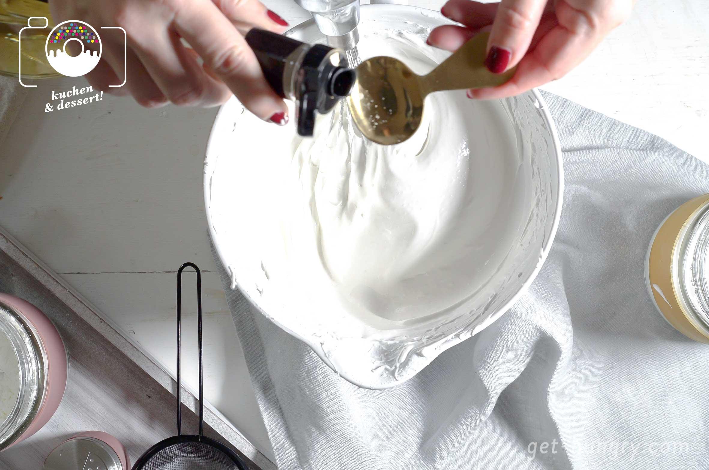 """2 Teelöffel Essig - Ja, richtig gelesen, Essig. Es geht aber auch Zitronensaft. Am besten nimmst du aber weißen Balsamico. Zusammen mit der Stärke sorgt er für das typische """"marshmallow-artige"""" Innere der Pavlova. Und nein, schmeckt man nicht."""