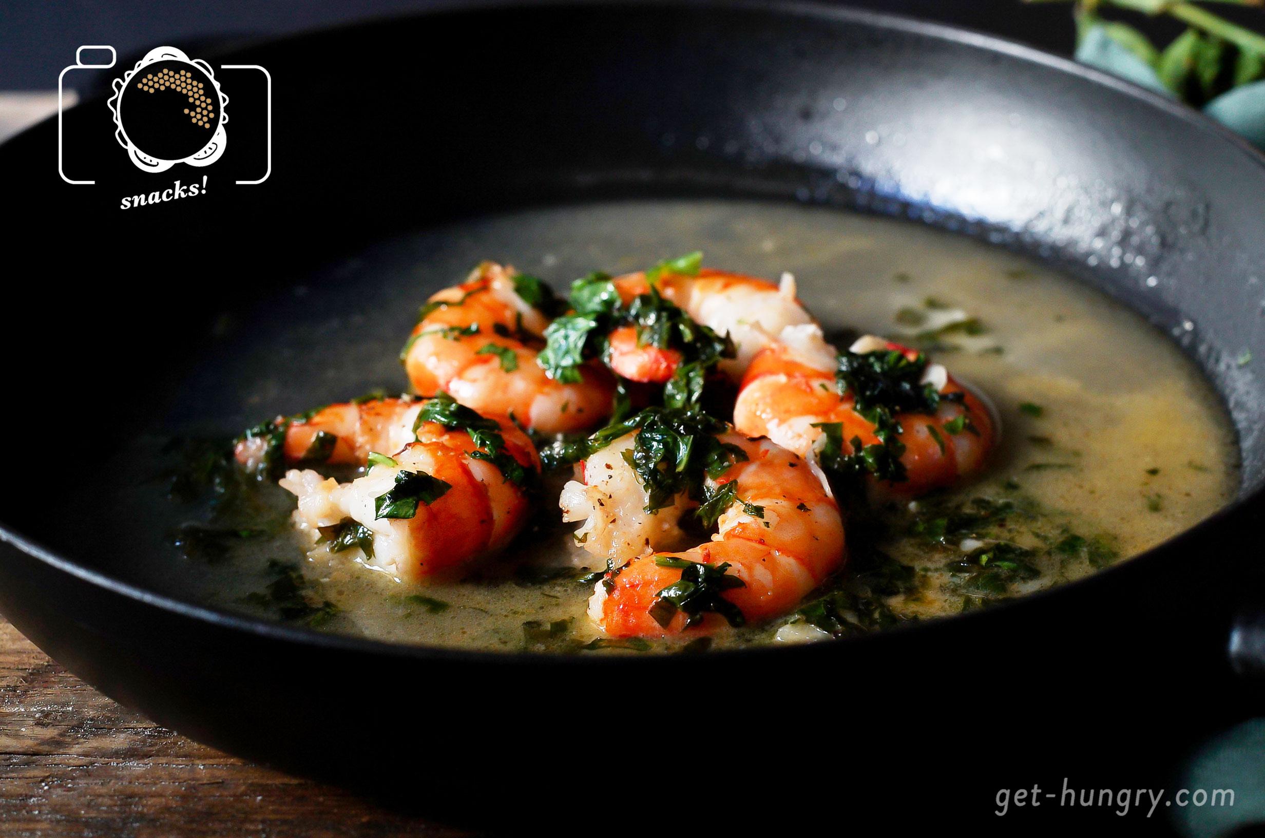 Zitronen-Knoblauch-Garnelen im Petersilien-Weißwein-Sud - Wie ein Urlaub am Meer.Rechne mit max. 3 Garnelen pro Gast, die du vorweg aus der Schale befreist und säuberst. Folgendes Rezept ist für 12 Stück:2 große Zehen blättrig geschnittener Knoblauch und 1/2 Bund fein gehackte Petersilie in 3 EL Olivenöl glasig anschwitzen, Garnelen dazugeben und pro Seite 2 Minuten scharf braten. Mit einem 1/4 l Weißwein und dem Saft einer Zitrone ablöschen. Mit Salz und Chiliflocken würzen, danach Hitze halbieren und Garnelen unter geschlossenem Deckel 4 Minuten gar ziehen.