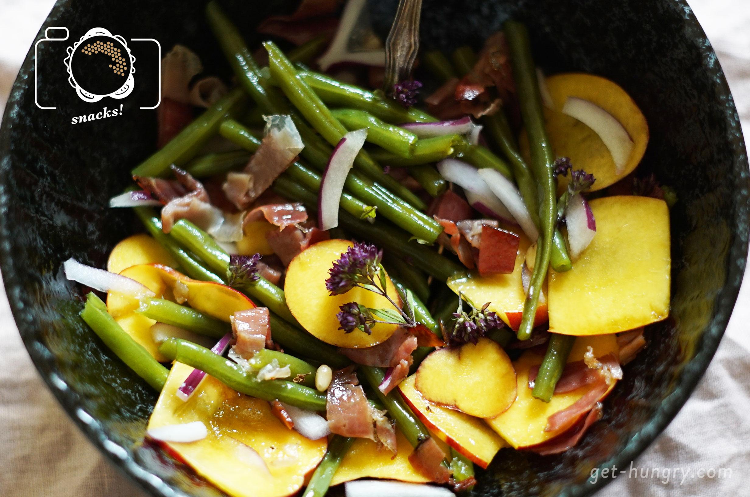 Nektarinen-Bohnen-Salat mit Speck und Zwiebeln - Fruchtiger Salat mit Rauchnote.Nimm 200 g frisch gekochte Prinzessbohnen, 1 rote Schalotte, 1 Nektarine, 2 EL geröstete Pinienkerne und 50 g knusprig gebratenen Speck. Zum Marinieren Olivenöl und weißen Balsamico 3:1 mischen, etwas salzen, pfeffern und mit frischem Thymian und Basilikum aufpeppen. Köstlichst!Tipp: Paßt sehr gut zu Feta oder warmen Ziegenkäse.