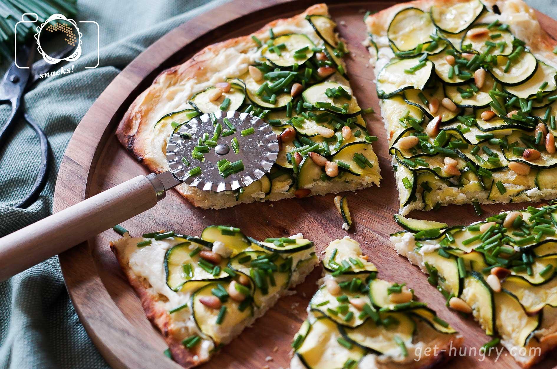 Zuchini-Ricotta-Pizzaschnitten - Veggielicious !Im Schnellschussmodus darf es hier gerne der Fertig-Pizzateig sein. Darauf kommt 200 g Ricotta mit Knoblauch (bestenfalls Jungknoblauch und davon ruhig etwas mehr), Spritzer Zitrone, Salz und Pfeffer gemischt. Darüber eng geschichtet dünne Zuchini-Scheiben, Prise Salz und ein Schuss Olivenöl. Nach dem Backen mit gerösteten Pinienkernen und Schnittlauch garnieren.