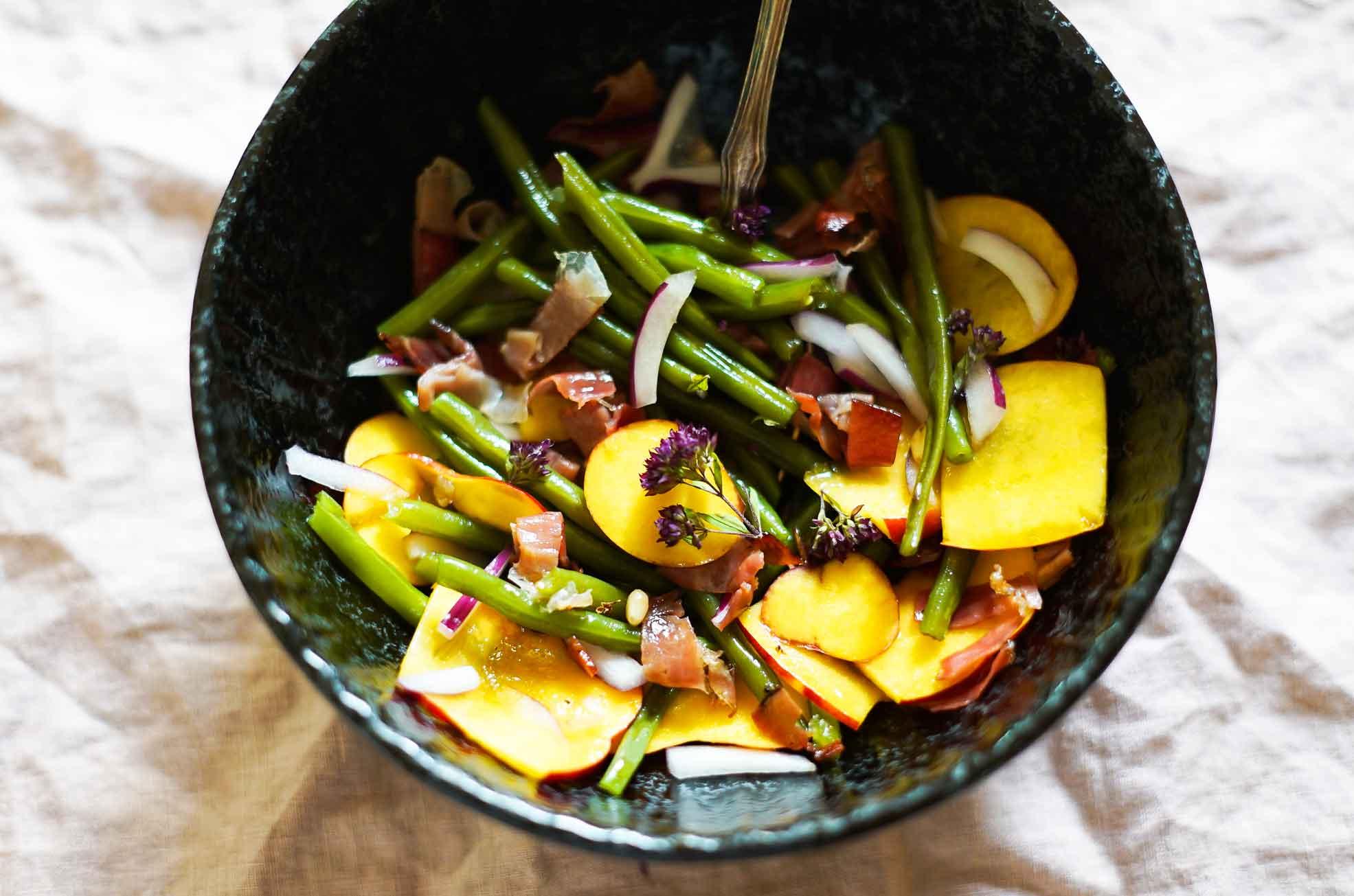 Nektarinen-Bohnen-Salat mit Speck und Zwiebeln