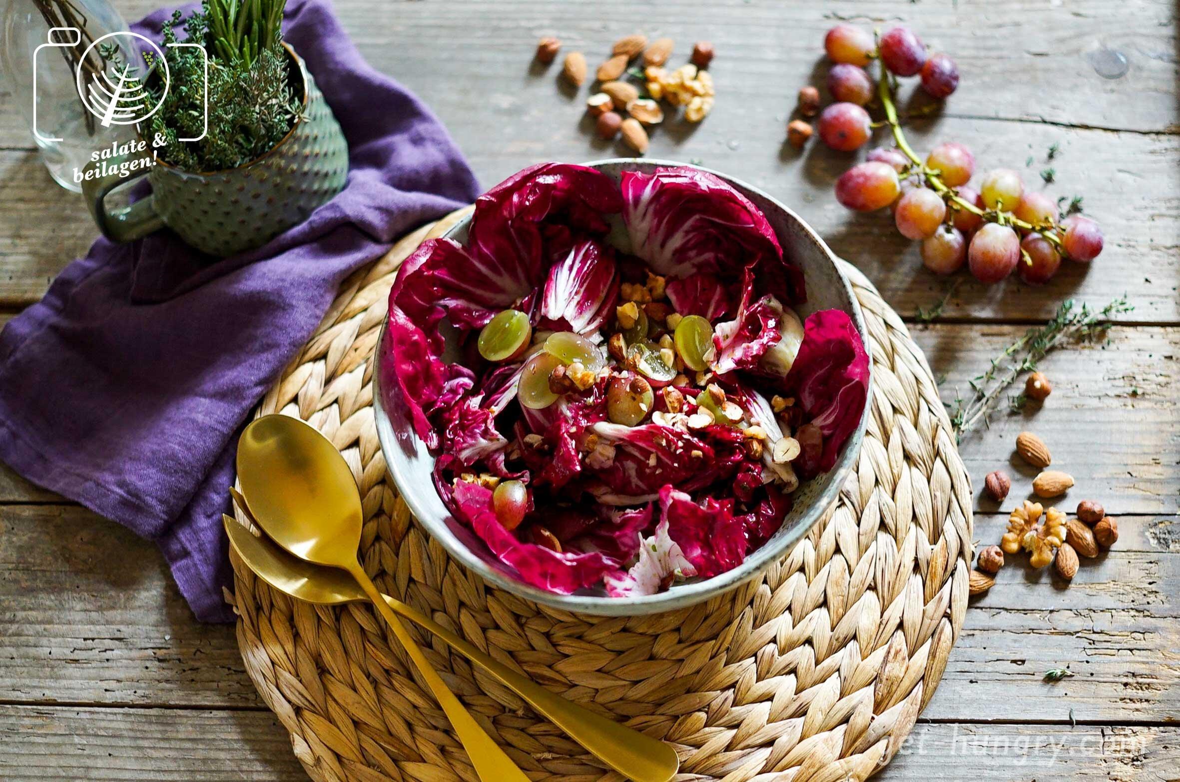 Herbstsalat mit Radiccio, Trauben und Nussmix