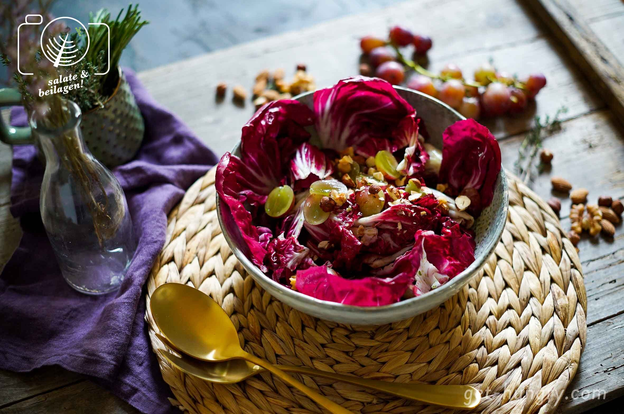 Herbstsalat mit Nüssen und Weintrauben