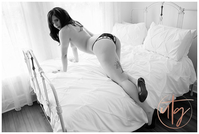 boudoir photography denver bw crawl bed.jpg