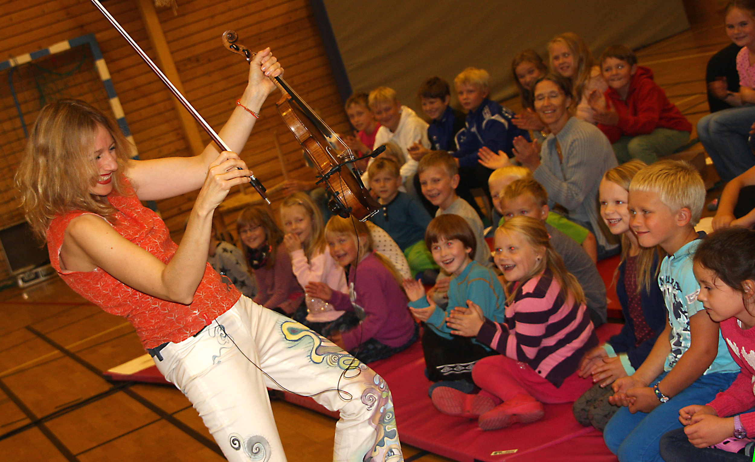 Adorable kids in Norway - and I am wearing the genius Jeorjia Shea pants, who will also be at the Rotary Horse Show