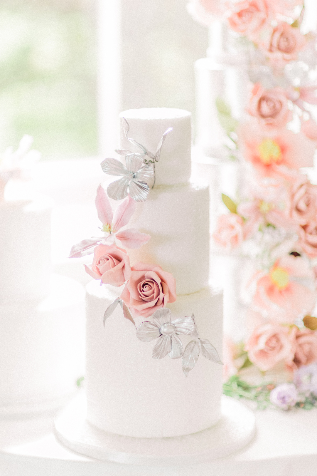 This beautifully classical 3 tier by Elizabeth's Cake Emporium is perfect for a understated look