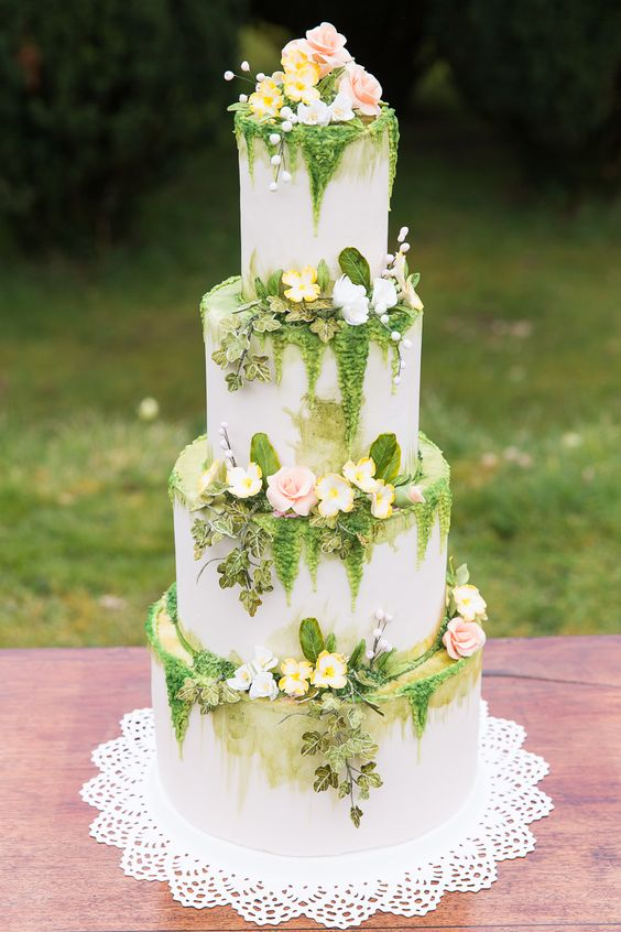 I just love the whimsical feel of this trailing floral cake by Sugar Mama's Bakery