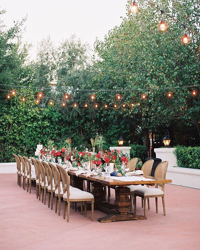 Still reminiscing over this day. @elchorro is one of my favorite venues in Arizona and the perfect setting for an outdoor, alfresco wedding under the desert sky. And don't even get me started on their sticky bread 🙌🏻 Unveiled Workshop: @danielkimphoto @charitymaurerphoto // Planner: @larakreutner // Florals: @carteblanchedesign // Rentals: @tremaineranch @glamourandwoods // Linen: @latavolalinen // #arizonalove #brealynnenesweddings