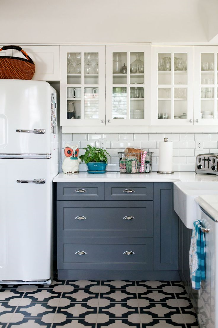 This example helps me see how a black and white print might look with my duotone cabinets and subway tile backplash. Makse me think it might be a good idea ...