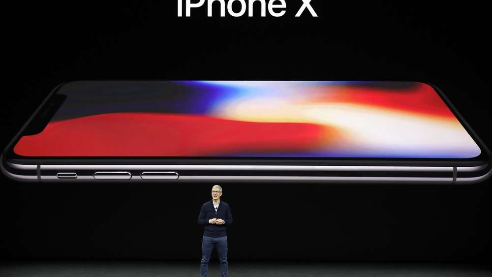 1179896545-apple-keynote-tim-cook-iphone-x-12BKwzC2gENG.jpg